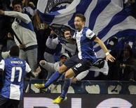 Joao Moutinho consiguió el único gol del duelo de octavos de final de la Liga de Campeones entre el Oporto y el Málaga, que el martes sufrió su primera derrota, por 1-0, en su primera campaña en la máxima competición europea de clubes. En la imagen, el jugador del Oporto Joao Moutinho celebra su tanto contra el Málaga en el partido de ida de octavos de final de la Liga de Campeones, en el estadio Dragao de Oporto, el 19 de febrero de 2013. REUTERS/Jose Manuel Ribeiro