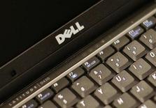 Dell a annoncé mardi une baisse de 11% de son chiffre d'affaires au quatrième trimestre et un bénéfice divisé par près de trois, le fabricant d'ordinateurs payant le prix de la désaffection des consommateurs pour les PC. /Photo d'archives/REUTERS/Brendan McDermid