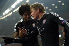 Toni Kroos (D) comemora gol do Bayern de Munique contra o Arsenal nesta terça-feira. REUTERS/Eddie Keogh