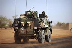 Soldados franceses se dirigem à cidade de Gao ao retornarem de Bourem nesta terça-feira, quando um soldado francês e mais de 20 rebeldes islâmicos morreram durante o que pareceu ser o primeiro confronto na cordilheira de Adrar des Ifoghas, um refúgio de militantes no norte do Mali. REUTERS/Joe Penney