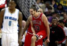 Les Chicago Bulls de Joakim Noah ont signé mardi soir une victoire 96-87 sur le parquet des New Orleans Hornets. Sur ses cinq sorties précédentes, la franchise chicagoane avait essuyé quatre défaites. /Photo prise le 19 février 2013/REUTERS/Sean Gardner