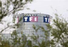 TF1, qui s'attend à une baisse de 3% de son chiffre d'affaire en 2013, après avoir dégagé un chiffre d'affaires stable au titre de l'exercice 2012, à suivre mercredi à la Bourse de Paris. /Photo d'archives/REUTERS/Charles Platiau