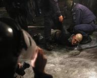 Полицейские задерживают участника акции протеста против высоких цен на электричество в Софии 19 февраля 2013 года. Правительство Болгарии во главе с премьер-министром Бойко Борисовым ушло в отставку после охвативших беднейшую страну Евросоюза массовых протестов из-за мер бюджетной экономии, низкого уровня жизни и высоких цен на энергоносители. REUTERS/Stoyan Nenov