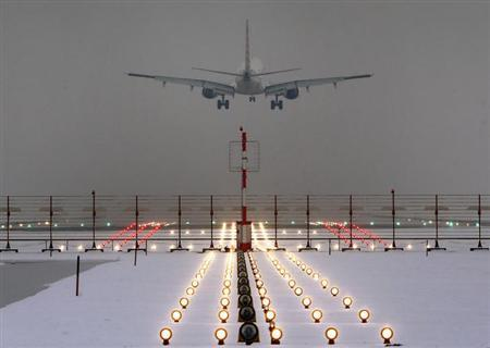 A German Lufthansa plane lands at Munich's international airport early January 25, 2013. REUTERS/Michael Dalder (GERMANY - Tags: ENVIRONMENT TRANSPORT)