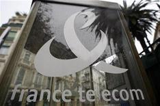 France Telecom vio una desaceleración en las ventas y ganancias en el cuarto trimestre, debido a una reestructuración continua de su mercado interno estimulada por una agresiva competencia de bajo coste. En la imagen, de archivo, el logo de France Telecom en Niza. REUTERS/Eric Gaillard