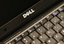 Dell reportó el martes una caída del 31 por ciento en sus ganancias, golpeada por una contracción del negocio de compradores individuales, en momentos en que los inversores evalúan la oferta del fundador de la compañía de retirar de bolsa al tercer fabricante mundial de ordenadores. En la imagen, de archivo, el logo de DELL en uno de sus ordenadores portátiles. REUTERS/Brendan McDermid