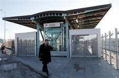Los trabajadores griegos hicieron huelga el miércoles en una protesta nacional contra los recortes de sueldos y subidas de impuestos, dejando los ferris atracados en puerto, las escuelas cerradas y los hospitales sólo con personal de emergencias. En la imagen, un hombre pasa frente a la entrada cerrada de una estación de metro durante una huelga de 24 horas en el barrio de Chalandri en Atenas, el 20 de febrero de 2013. REUTERS/John Kolesidis