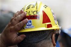 Un lavoratore dell'impianto sardo di Alcoa a Roma per una manifestazione di protesta nel settembre 2012. REUTERS/Alessandro Bianchi