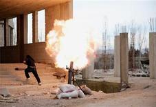 Un misil cayó el miércoles sobre el centro de mando de la principal formación rebelde siria cerca de Damasco, hiriendo a su líder, según activistas. En la imagen, un combatiente del Ejército Libre Sirio corre a cubrirse mientras lanza un mortero hacia el palacio presidencial en Ghuta, Damasco, el 19 de febrero de 2013. REUTERS/ Mohammed Abdullah