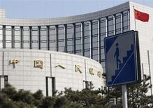 """Знак пешеходного перехода перед зданием Банка Китая в Пекине, 20 февраля 2013 года. Экономика Китая избежала """"жесткой посадки"""" и восстанавливается, однако ее будущий рост будет зависеть от успеха структурных реформ, сообщило в среду агентство Moody's Investors Service. REUTERS/Kim Kyung-Hoon"""