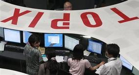 Трейдеры работают в торговом зале Токийской фондовой биржи, 5 августа 2011 года. Азиатские фондовые рынки выросли в среду вслед за рынками Европы и США и за счет локальных факторов. REUTERS/Issei Kato