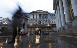 Вид на здание Банка Англии в Лондоне 26 ноября 2012 года. Руководство Банка Англии на заседании в феврале проголосовало против расширения стимулов со счетом 6-3, неожиданно укрепив надежды на то, что Центробанк может возобновить программу количественного смягчения. REUTERS/Olivia Harris
