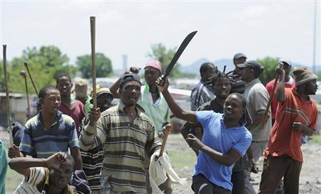 Strikers chants slogans outside the Anglo American Platinum (Amplats) mines near Rustenburg, 120 km (70 miles) northwest of Johannesburg October 30, 2012. REUTERS/Stringer