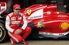 Fernando Alonso probó por primera vez el martes su nuevo Ferrari en Barcelona y dijo que estaba en otro planeta si se lo comparaba con el problemático vehículo con el que peleó por el título la temporada pasada. En la imagen, de 19 de febrero, el piloto de Ferrari Fernando Alonso posa justo a su nuevo F138 durante una carrera de pruebas en el Circuit de Catalunya. REUTERS/Albert Gea
