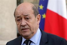 Le ministre de la Défense, Jean-Yves Le Drian, a déclaré mercredi qu'aucun lien n'était établi entre l'enlèvement de sept Français au Cameroun mardi et l'intervention militaire française au Mali. /Photo prise le 14 janvier 2013/REUTERS/Philippe Wojazer