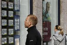 El número de personas empleadas en Reino Unido llegó a un máximo histórico a finales del año pasado, lo que resalta la continua resistencia del mercado laboral pese al estancamiento económico. En la imagen de archivo, dos personas miran el escaparate de una agencia de empleo en Londres, el 14 de marzo de 2012. REUTERS/Luke MacGregor