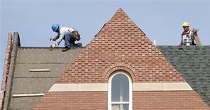 Les mises en chantier de logements sont retombées en janvier après un mois de décembre exceptionnel, comme attendu par les économistes, mais les permis de construire ont augmenté pour atteindre leur meilleur niveau depuis quatre ans et demi, selon le département du Commerce. /Photo d'archives/REUTERS/Kevin Lamarque