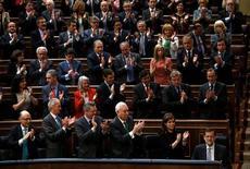 El presidente del Gobierno español, Mariano Rajoy, anunció el miércoles un mayor control sobre las cuentas y la gestión de los partidos políticos en un momento de gran descrédito sobre la contabilidad y financiación de los partidos. En la imagen, el presidente del Gobierno, Mariano Rajoy, es aplaudido por sus compañeros del Partido Popular tras su discurso en el debate sobre el Estado de la Nación en el Congreso de los Diputados, el 20 de febrero de 2013. REUTERS/Sergio Pérez