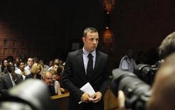 """El velocista sudafricano Oscar Pistorius en la corte de magistrados de Pretoria, feb 20 2013. Un testigo escuchó """"disparos continuos"""" que provenían de la casa del atleta paralímpico Oscar Pistorius poco antes de que su novia muriera a tiros, dijo el miércoles el detective que dirige la investigación en Sudáfrica sobre el asesinato. REUTERS/Siphiwe Sibeko"""