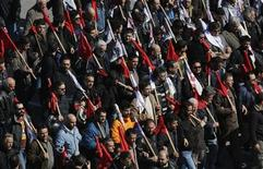 Manifestantes anti-austeridade marcham pela praça Syntagma no centro de Atenas durante greve de 24 horas, Grécia. Trabalhadores gregos faltaram ao trabalho, nesta quarta-feira, em um protesto nacional contra cortes de salários e impostos elevados, deixando barcos ancorados nos portos, escolas públicas fechadas e hospitais operando apenas com equipes de emergência. 20/02/2013 REUTERS/Yannis Behrakis