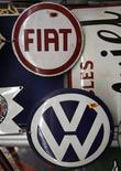 I marchi Fiat e Volkswagen. REUTERS/Ina Fassbender