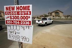 Imagen de archivo de un anuncio de venta de una vivienda nueva en Perris, EEUU, mayo 2 2007. Los inicios de construcciones de viviendas en Estados Unidos cayeron en enero, pero los nuevos permisos para construir casas subieron al mayor nivel en cuatro años y medio, lo que reforzó las expectativas de que el mercado inmobiliario podrá respaldar el crecimiento de la mayor economía del mundo durante este año. REUTERS/Mark Avery