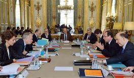 Lors d'un séminaire gouvernemental organisé mercredi à l'Elysée sur les investissements d'avenir. A deux jours du verdict de la Commission européenne sur l'économie française en 2013, Jean-Marc Ayrault s'est employé mercredi à rassurer sa majorité inquiète à l'idée d'un nouveau tour de vis éventuel en déclarant que le soutien à la croissance devait continuer d'aller de pair avec la lutte contre les déficits. /Photo prise le 20 février 2013/REUTERS/Eric Feferberg/Pool