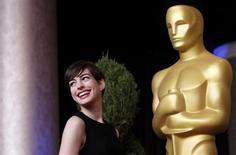 Atriz Anne Hathaway posa em evento de indicados do 85o Oscar em Beverly Hills, EUA. Terminou na terça-feira à noite a votação para o Oscar 2013, após uma campanha milionária feita pelos estúdios de Hollywood em busca da principal consagração do cinema mundial. 04/02/2013 REUTERS/Mario Anzuoni