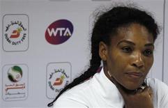 L'Américaine Serena Williams, numéro un mondiale, a déclaré forfait mercredi au tournoi WTA de Dubaï en raison de douleurs persistantes dans le bas du dos. Cette annonce de dernière minute a permis à son adversaire du jour, la Française Marion Bartoli, de se qualifier sans jouer pour les quarts de finale. /Photo prise le 20 février 2013/REUTERS/Jumana El Heloueh