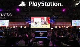 Sony presentará una nueva consola PlayStation el miércoles, en un intento de anticiparse al intento de Microsoft de convertir la Xbox en el sistema de entretenimiento del hogar líder a nivel mundial y en medio del desafío que representan los populares juegos para smartphones y tabletas. En la imagen, visitantes del stand de la PlayStation en una feria en Chiba, en el este de Tokio, el 20 de septiembre de 2012. REUTERS/Toru Hanai/Files