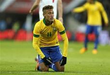 """La selección brasileña de fútbol está poniendo demasiada responsabilidad sobre Neymar y el delantero de 21 años se convierte en """"un jugador común"""" cuando representa a su país, según Pelé. En la imagen, Neymar en el estadio de Wembley, en Londres, el 6 de febrero de 2013. REUTERS/Stefan Wermuth"""