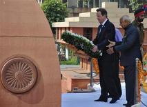 O primeiro-ministro britânico, David Cameron, coloca uma guirlanda sobre o memorial de Jallianwala Bagh na cidade de Amritsar, no norte da Índia. 20/02/2013 REUTERS/Munish Sharma