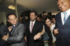 A dissidente cubana mais conhecida, a blogueira Yoani Sánchez, é conduzida pelos deputados Ronaldo Caiado (direita) e Carlos Sampaio (centro) à Comissão de Constituição e Justiça no Congresso Federal em Brasília nesta quarta-feira. 20/02/2013 REUTERS/Fabio Rodrigues-Pozzebom
