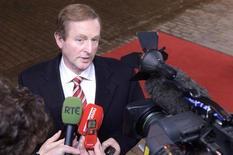 Irlanda confía en cumplir con su objetivo de déficit presupuestario este año y también en salir de la situación del rescate de la Unión Europea y el Fondo Monetario Internacional, dijo el miércoles el ministro de Finanzas de ese país, Michael Noonan. Imagen del 7 de febrero del primer ministro irlandés, Enda Kenny, al llegar al último Consejo Europeo celebrado en Bruselas. REUTERS/Eric Vidal