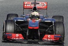 El mexicano Sergio Pérez, nuevo piloto de McLaren, marcó el miércoles el mejor tiempo en los ensayos de la Fórmula Uno en el circuito barcelonés de Montmeló. Imagen de Pérez el 20 de febrero en Montmeló. REUTERS/Albert Gea