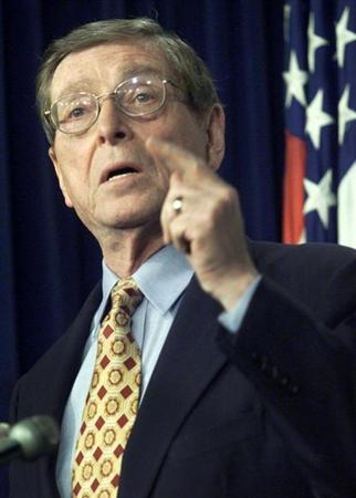 Sen. Pete Domenici (R-NM) speaks to the press at the Capitol in Washington, December 20, 2002. REUTERS/William Philpott