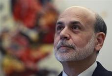 La Reserva Federal de Estados Unidos podría tener que reducir o detener la compra de bonos antes de ver un repunte en el mercado laboral para el que fue diseñado el audaz programa, dijeron varios miembros de la Fed el mes pasado, según las minutas de la reunión de política monetaria de enero. Imagen del presidente de la Fed, Ben Bernanke, antes de un encuentro de ministros de Finanzas del G-20 celebrado en Moscú el 15 de febrero. REUTERS/Sergei Karpukhin
