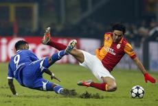 O jogador do Galatasaray Selcuk Inan (D) e o brasileiro Michel Bastos, do Schalke 04, disputam lance nesta quarta-feira em jogo pela Liga dos Campeões que terminou empatado em 1 x 1. REUTERS/Murad Sezer