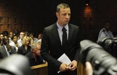 O atleta olímpico Oscar Pistorius participa de audiência em Pretória nesta quarta-feira. Ele é acusado de matar a namorada. REUTERS/Siphiwe Sibeko