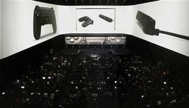 Sony Corp a dévoilé mercredi à New York sa nouvelle console de jeux, la PlayStation 4, grâce à laquelle il espère pouvoir prendre Microsoft de vitesse dans la course aux consoles de nouvelle génération. /Photo prise le 20 février 2013/REUTERS/Brendan McDermid