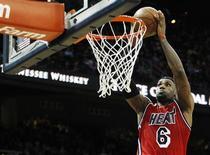 Le Miami Heat de LeBron James a conforté mercredi sa première place dans la conférence Est de la NBA, le championnat nord-américain de basket, en remportant à Atlanta un huitième succès d'affilée 103-90. /Photo prise le 20 février 2013/REUTERS/Tami Chappell