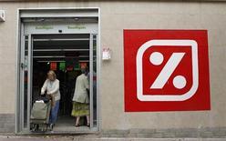 La cadena española de supermercados Dia dijo el jueves que su beneficio bruto de explotación (Ebitda) experimentó un alza del 8,6 por ciento en 2012 a 609,5 millones de euros, gracias a la fortaleza de su principal negocio en España y el crecimiento en Latinoamérica. En la imagen de archivo, un supermercado Dia en Barcelona, el 1 de septiembre de 2012. REUTERS/Albert Gea