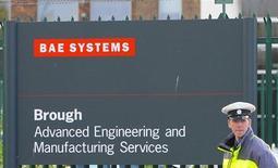 Охранник у входа на территорию BAE Systems в Бро, Англия 1 октября 2009 года. Прибыль крупнейшего в Европе производителя вооружений BAE Systems упала на 6 процентов в 2012 году при сохраняющейся неопределенности в вопросе о сокращении военного бюджета США и не доведенных до конца переговоров с Саудовской Аравией о цене ключевого договора. REUTERS/Nigel Roddis