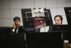 Operatori a lavoro. REUTERS/Rafael Marchante