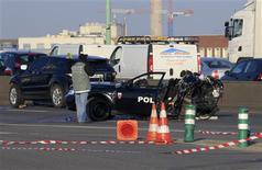Deux policiers de la BAC engagés dans une course poursuite ont trouvé la mort jeudi matin sur le périphérique parisien après avoir été percutés par une voiture prise en chasse. Un troisième, grièvement blessé, se trouve dans un état critique/Photo prise le 21 février 2013/REUTERS/Gonzalo Fuentes