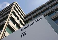 Логотип Swiss Re у здания компании в Цюрихе 19 февраля 2009 года. Годовая прибыль Swiss Re выросла почти на 60 процентов за счет роста маржи, высвобождения средств, зарезервированных для непотребовавшихся выплат, а также инвестиционных вложений. REUTERS/Christian Hartmann