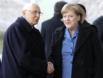 Il presidente della Repubblica Giorgio Napolitano (a sinistra) e la cancelliera tedesca Angela Merkel. REUTERS/Fabrizio Bensch