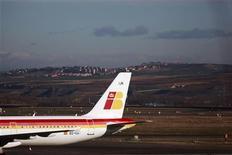 Iberia y los pilotos acordaron designar al ex ministro Manuel Pimentel como mediador en el conflicto laboral que enfrenta a ambas partes, dijo el miércoles una nota de prensa conjunta de los ministerios de Fomento y Empleo. En esta imagen de archivo, un avión de Iberia durante una huelga de pilotos en el aeropuerto madrileño de Barajas, el 18 de diciembre de 2011. REUTERS/Susana Vera