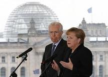 Il premier uscente Mario Monti (a sinistra) e la cancelliera tedesca Angela Merkel. REUTERS/Tobias Schwarz