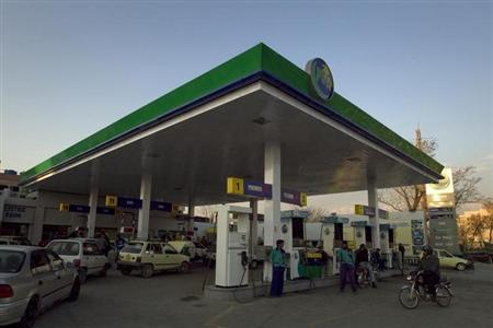 Motorists pump gas at petrol station in Islamabad March 1, 2011. REUTERS/Mian Khursheed